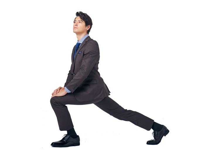 着れば歩幅が広がるスーツってどういうこと?