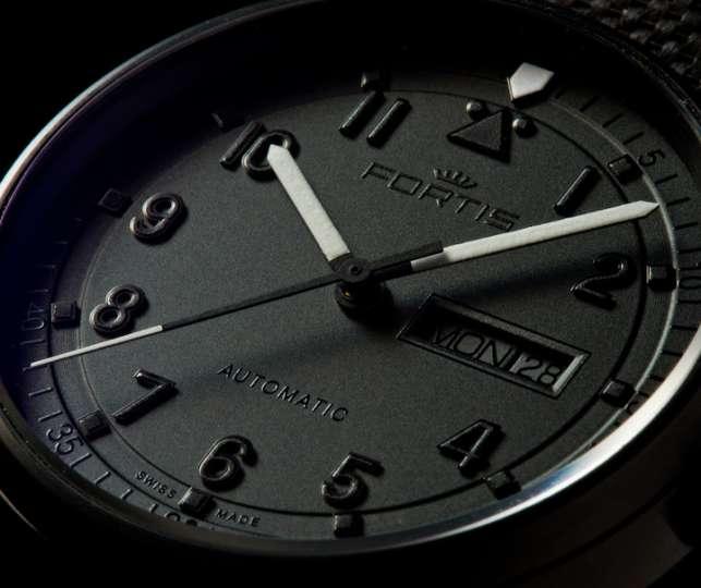 12年ぶりの復刻「ブラックアウト2」はオトコの所有欲を満たす漆黒モデル