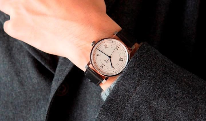 バウハウス100周年を飾るドイツ製の機械式腕時計がシンプルかつ大人によく似合う