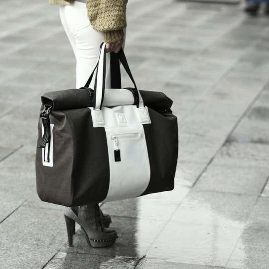 海でも梅雨でも大活躍!デザインにもこだわった防水バッグが便利です