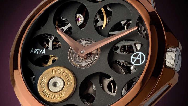文字盤が回転!思わず見入るリボルバーのような機械式腕時計