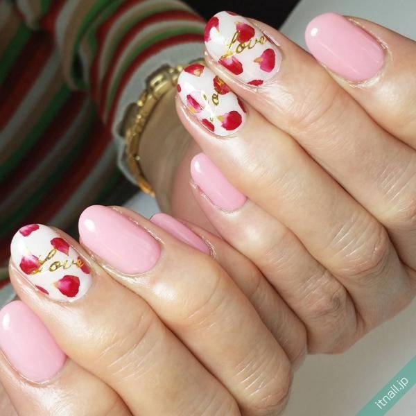 「花びら」を描いたネイルで上品な指先を作る。