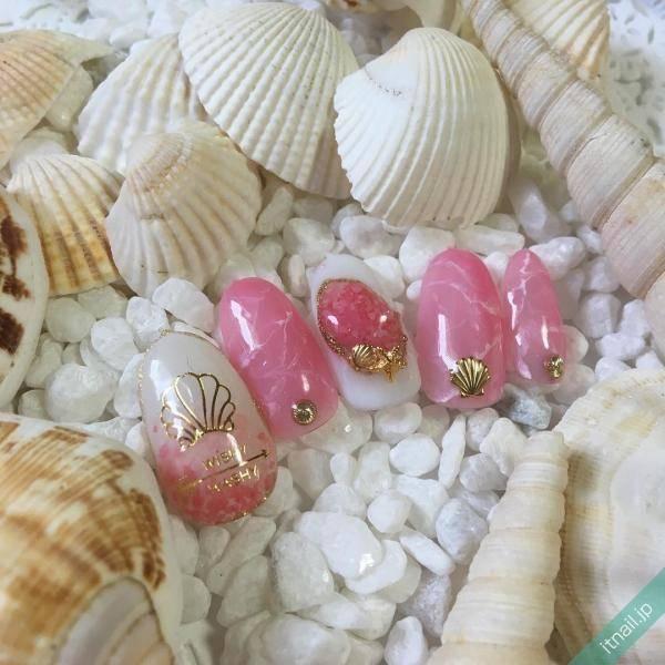 ビーチにリゾートに…貝殻モチーフで楽しむ大人の夏ネイル