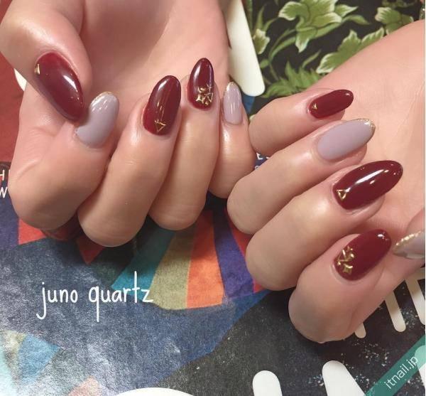 冬は「深紅ネイル」で色気のある指先に。