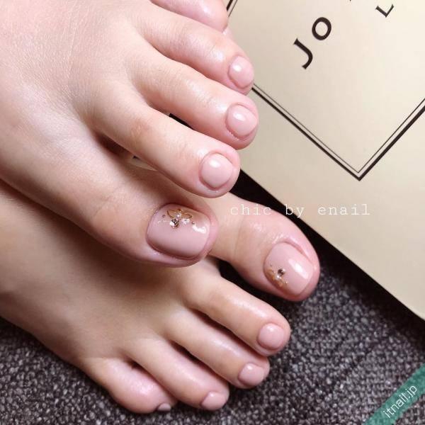 足の先から美しく。シンプルかつ色っぽいフットネイルはこちら