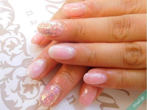 女性らしく輝くネイルは「スピリチュアルピンク」で作る。