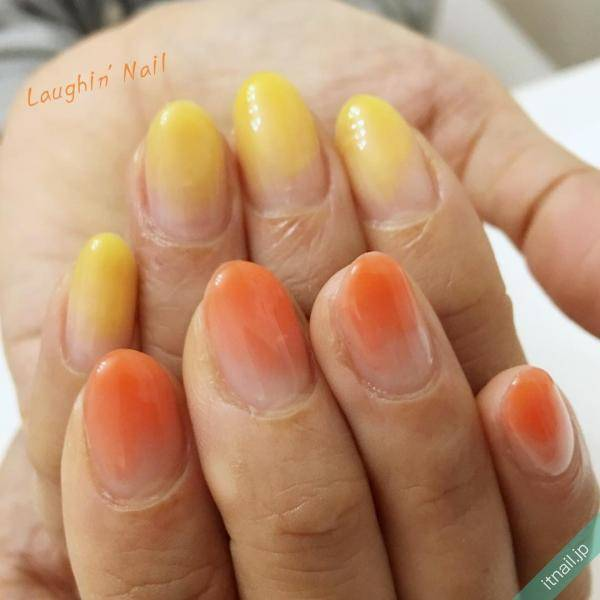 イエロー×オレンジのネイルで指先からご機嫌に♡