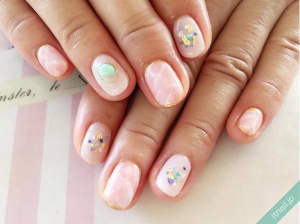 ピンクベースの大理石ネイルが大人可愛い♡