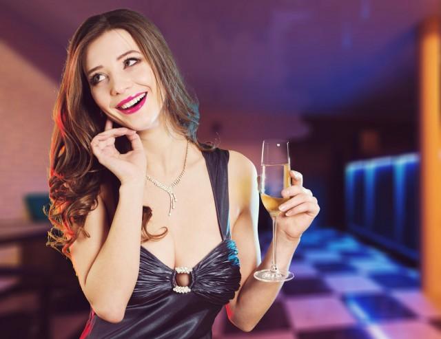 男性たちからすこぶる不評!? 40代女性の「飲み会NGメイク」3大特徴は…