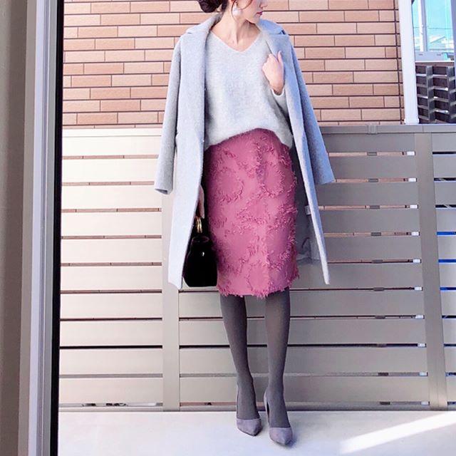 25(木)オフィスで女性らしさをアピールしたいならグレー×ピンクが正解【40代の毎日コーデ】