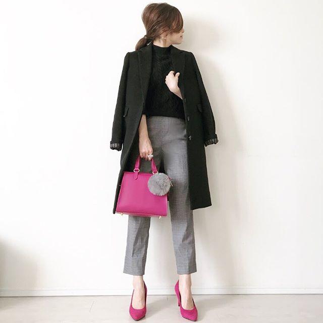 ビビットピンクを差し色にした鮮度高めのモノトーンコーデ【40代の毎日コーデ】