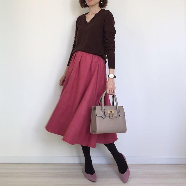 真冬のスカートスタイルは華やかなローズピンクが主役【40代の毎日コーデ】