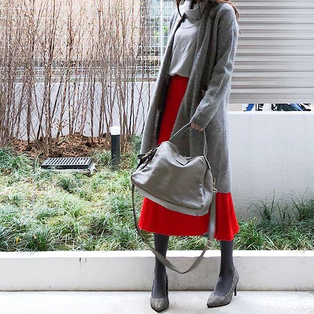 トレンドのグレーに映えるユニクロの深紅スカート【40代の毎日コーデ】