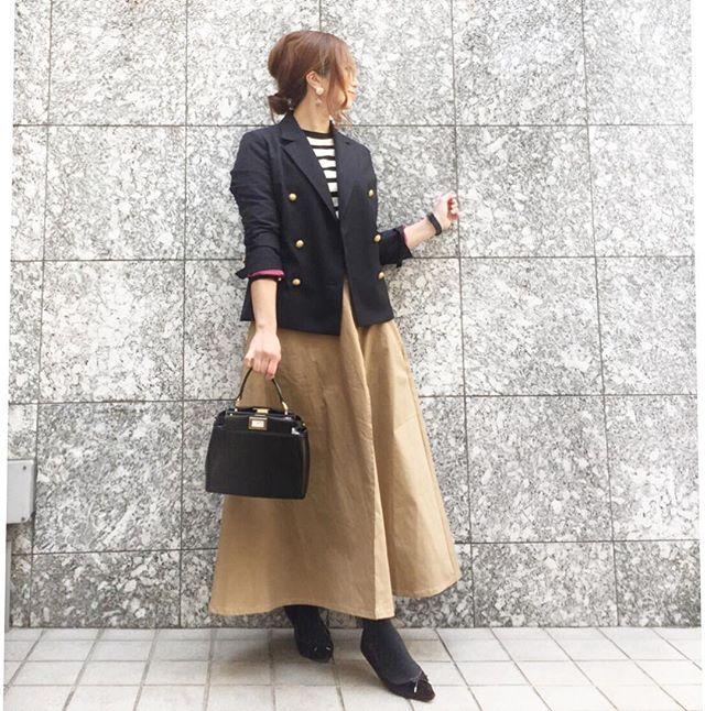 紺ブレは思い切ったロングスカートで大人見せを【40代の毎日コーデ】