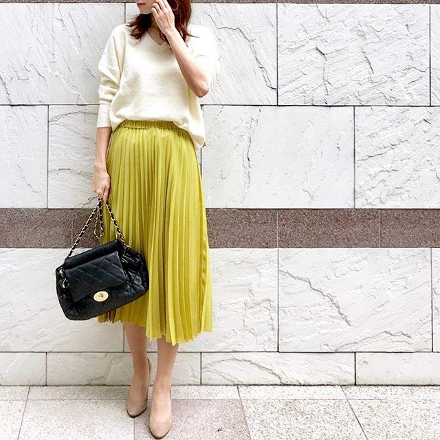 歩くたびに表情が変わるプリーツスカート【40代の毎日コーデ】