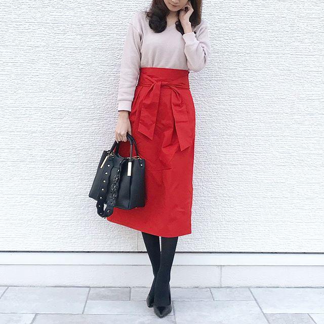 真っ赤なGUスカートを黒小物でクールダウン【40代の毎日コーデ】