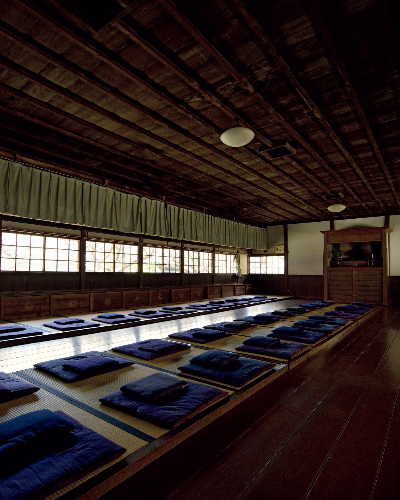円覚寺の境内にある坐禅道場「居士林」の場内。味わい深い木造の建物で、ぴかぴかに磨き上げられた床が素足に気持ちいい。