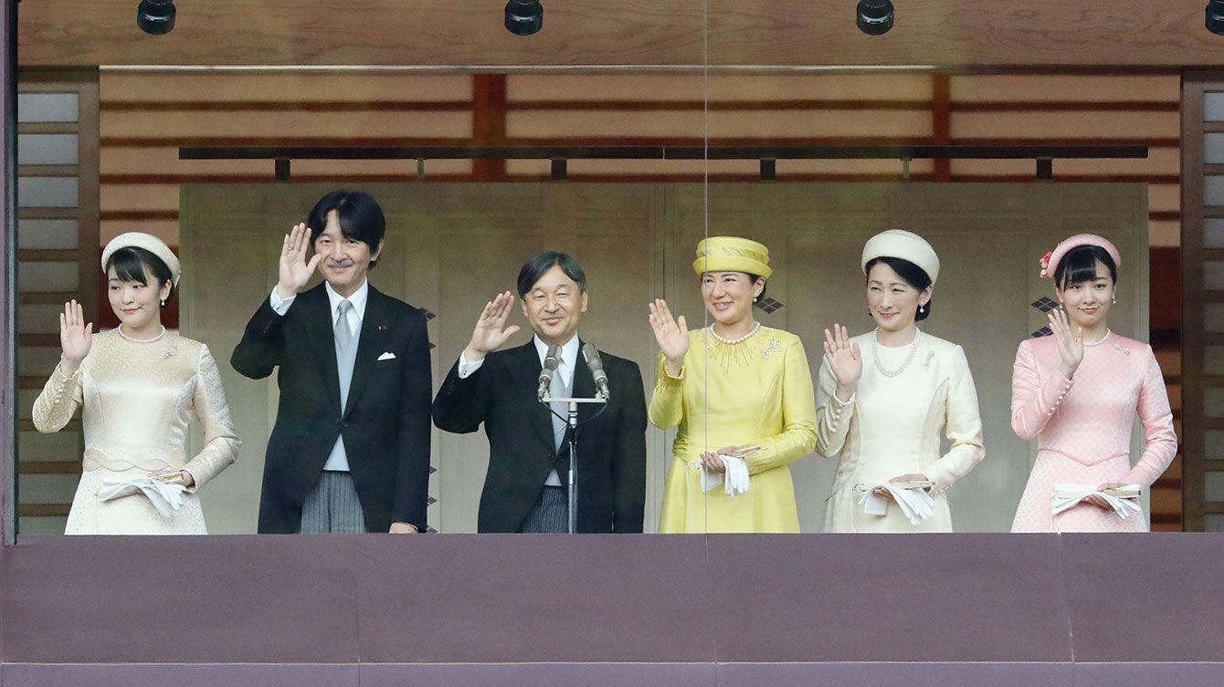 即位を祝う一般参賀で、手を振られる天皇、皇后両陛下と秋篠宮ご夫妻、長女の眞子さま、次女の佳子さま=2019年5月4日、皇居(写真=時事通信フォト)