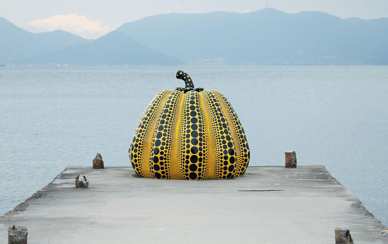 芸術家・草間彌生作「南瓜」=2016年10月28日、香川県直島町 - 写真=時事通信フォト