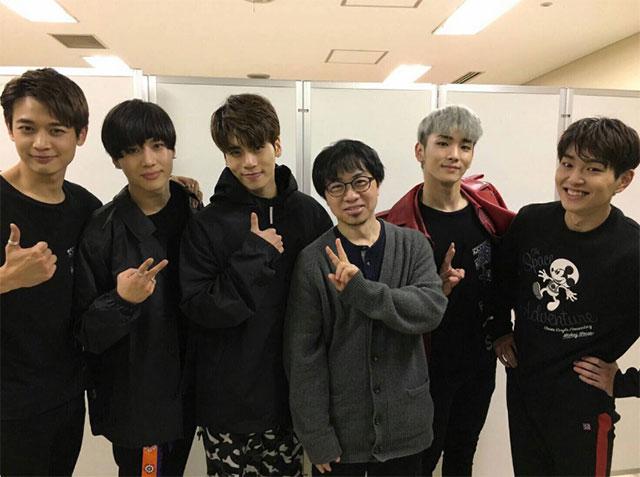長編アニメ「君の名は。」の新海誠監督がSHINeeの東京公演を訪れ、メンバーたちを応援した。|SHNIee日本公式Twitter