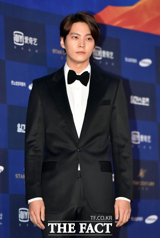 俳優のチュウォンが入隊前にファンミーティングを開催する。