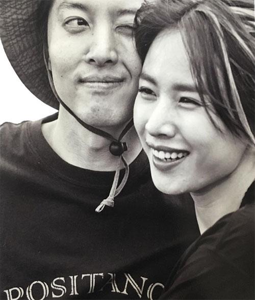最近交際を認めた俳優のイ・ドンゴンと女優のチョ・ユニ チョ・ユニのインスタグラム