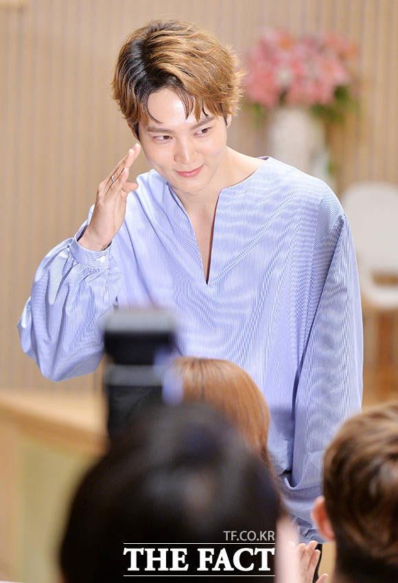 チュウォンが15日午後、ソウルで開かれたドラマ「猟奇的な彼女」の制作発表会に出席し、敬礼で挨拶した。
