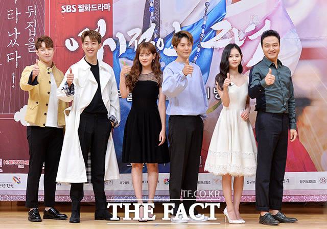 左側より シム・ヒョンタク、イ・ジョンシン、オ・ヨンソ、チュウォン、キム・ユネ、チョン・ウンイン。