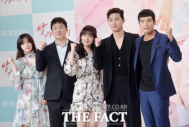 左からソン・ハユン、アン・ジェホン、キム・ジウォン、パク・ソジュン、キム・ソンオ。