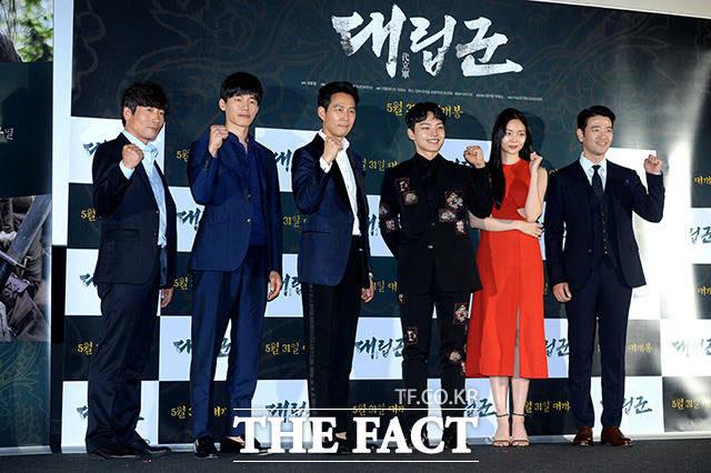 パク・ウォンサン、キム・ムヨル、イ・ジョンジェ、ヨ・ジング、イソム、ペ・スビン(左から)