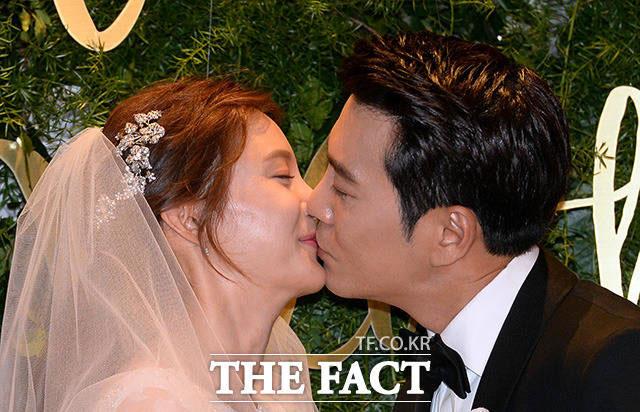 チュ・サンウクとチャ・イェリョンが結婚式の直前に行われた記者会見に出席し、これからの覚悟をキスで表現した。
