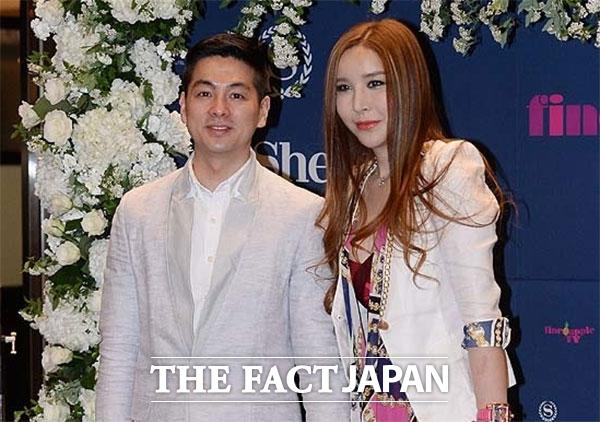 日本でも有名な韓国のトランスジェンダーのハ・リス(右)が離婚していたことが分かった。