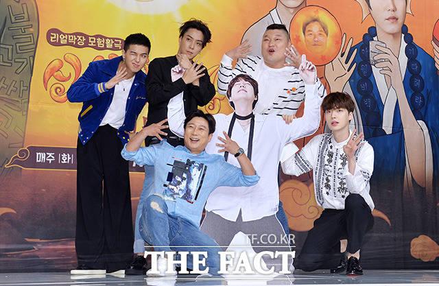 (写真左側から)WINNERのソン・ミノ、SECHSKIESのウン・ジウォン、イ・スグン、カン・ホドン、アン・ジェヒョン