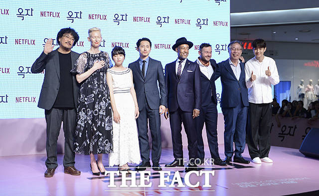 (写真左側から)ポン・ジュノ監督、ティルダ・スウィントン、アン・ソヒョン、スティーヴン・ユァン、ジャンカルロ・エスポジート、ダニエル・ヘンズホール、ピョン・ヒボン、チェ・ウシク