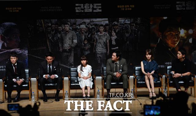 (写真左側から)リュ・スンワン監督、ファン・ジョンミン、キム・スアン、ソ・ジソプ、イ・ジョンヒョン、ソン・ジュンギ