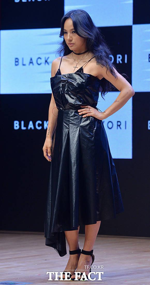 歌手のイ・ヒョリが6thフルアルバム「BLACK」のリリース記念イベントに参加した。