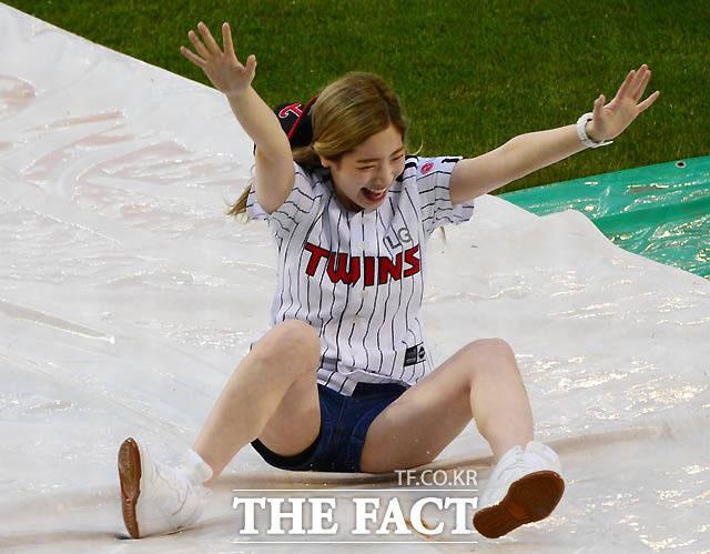 TWICEのダヒョンが野球ファンのため、豪快なスライディングを披露し大歓声を浴びた。|THE FACT JAPAN