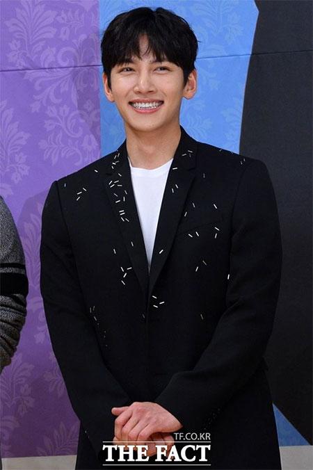 俳優のチ・チャンウクが来月入隊する。