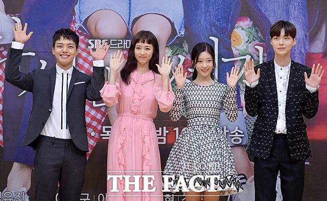 (写真左側から)ヨ・ジング、イ・ヨニ、DIAのチョン・チェヨン、アン・ジェヒョン