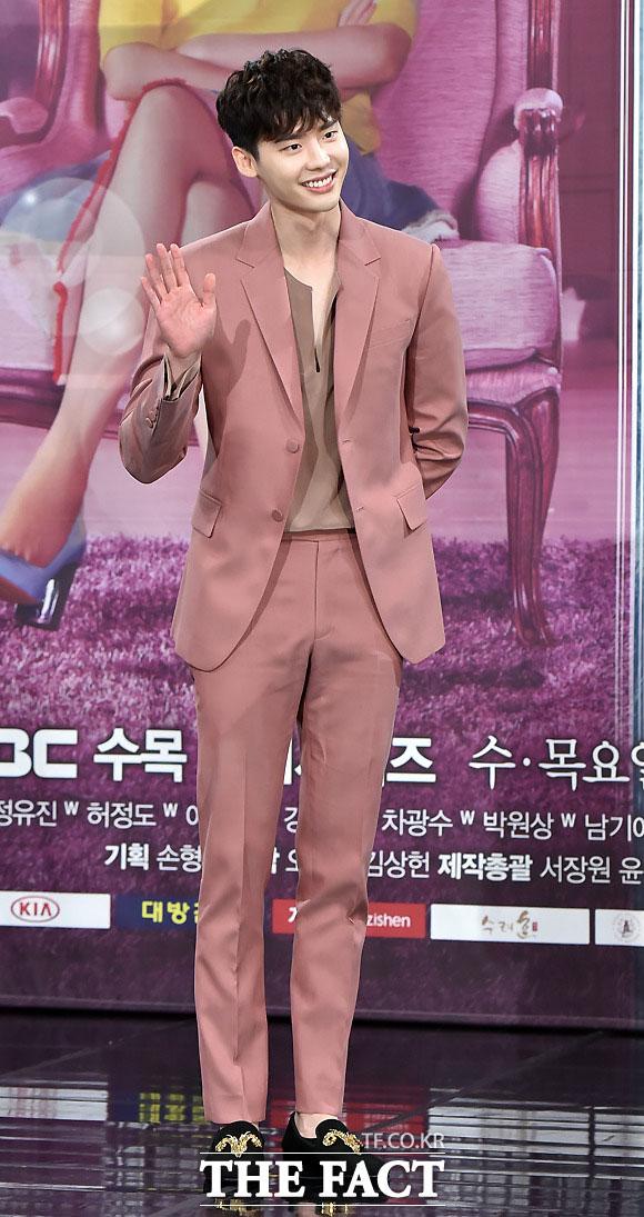 俳優のイ・ジョンソクは出演を決めていた映画「魔女」への出演を見送ったと発表した。