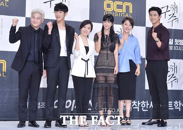 (写真左側から)チョ・ソンハ、ウ・ドファン、ユン・ユソン、ソ・イェジ、パク・ジヨン、2PMのテギョン