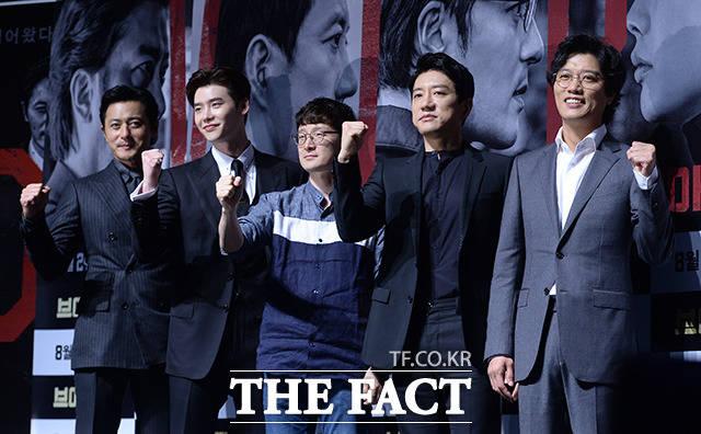 (写真左側から)チャン・ドンゴン、イ・ジョンソク、パク・フンジョン監督、キム・ミョンミン、パク・ヒスン