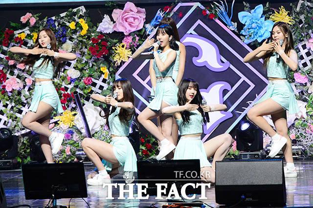 GFRIENDが1日、ソウルで行われた5thミニアルバム「PARALLEL」のショーケースで華麗なステージを繰り広げた。