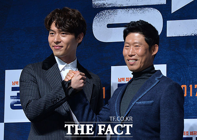 映画「共助」の主演俳優のヒョンビン(左)とユ・へジン。
