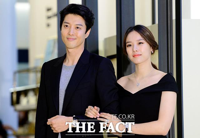 俳優イ・ドンゴンと女優チョ・ユニ。|写真:ナム・ヨンヒ