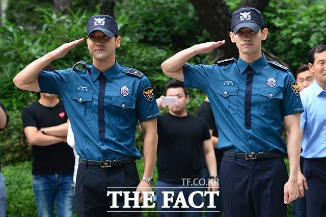 東方神起のチャンミン(右)とSUPER JUNIORのシウォンが18日、除隊した。|写真:THE FACT ナム・ヨンヒ