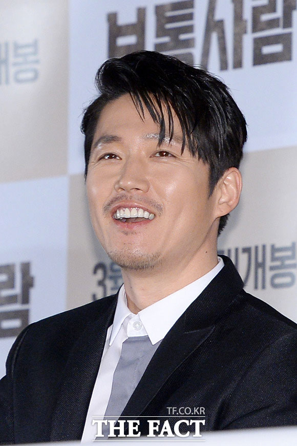 俳優のチャン・ヒョクがドラマ「金の花」(原題)への出演を検討している。