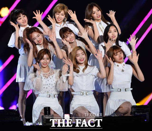 人気アイドルグループの防弾少年団とTWICEが同じステージに立つ。