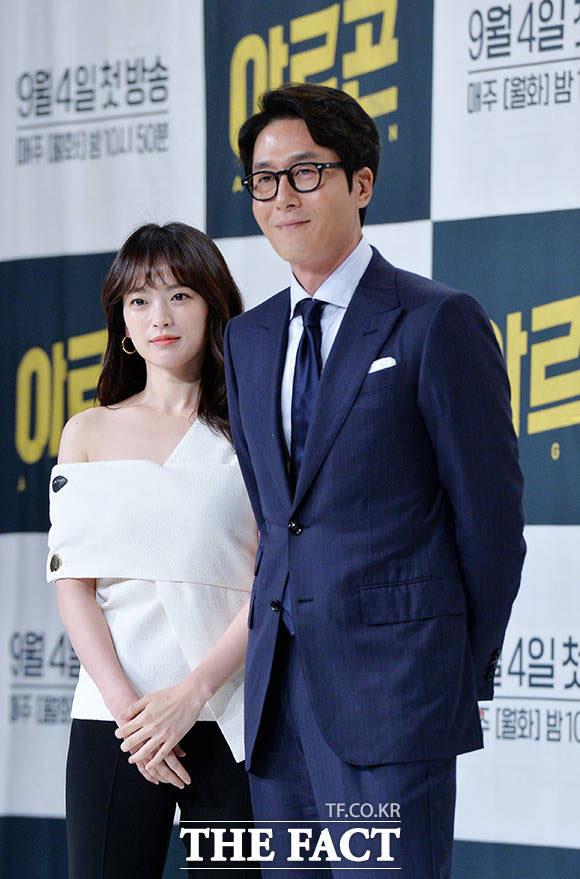 チョン・ウヒ(左)とキム・ジュヒョクが30日午後、ソウルで行われたtvNの新月火ドラマ「アルゴン」の制作発表会に出席した。