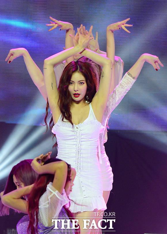 ヒョナが30日午後、MBCドリームセンターで開催された「SHOW CHAMPION」にて華やかなステージを披露した。